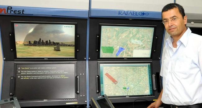 """אל""""מ (מיל') נתן ברק, מנכ""""ל וממייסדי mPrest, מציג את מערכת כיפת ברזל. צילום: פלי הנמר"""