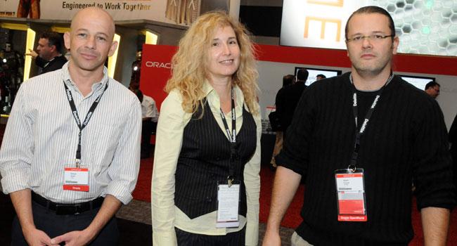 """לקוחות. מימין: נתן צוקר, מנהל מחלקת תשתיות, יס; רוני ברנוב, הבוסית שלו, המנמ""""רית של יס; רענן שפיר, אורקל"""