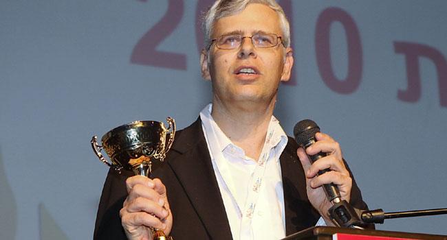 משה וולף, ראש אגף פיתוח במערך המיחשוב של בנק לאומי, מקבל את גביע אלוף האלופים. צילום: קובי קנטור