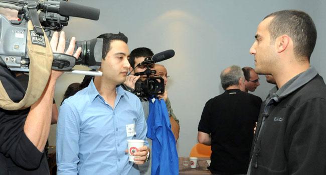 ויקיפדיה מופעלת על-ידי קרן ויקימדיה - ארגון ללא מטרות רווח שנוסד על-ידי ויילס ב-2003. הקרן מתקיימת באופן בלעדי מתרומות וסיימה לאחרונה את מסע גיוס התרומות המוצלח ביותר מאז הקמתה, במסגרתו תרמו יותר מ-500,000 תורמים סכום של 16,000,000 דולרים. בארץ עומד בראש הקרן שי יקיר, שגם כתב ערכים לא מעטים (מימין) ואיציק אדרי, אשר על ההסברה (במרכז בחולצת תכלת)
