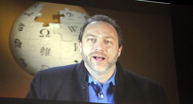 """ג'ימי ויילס, מייסד ויקיפדיה, בסרט שהוקרן בכל כנס עשור בעולם. """"קשה להאמין שעברו 10 שנים מאז שערכתי לראשונה בוויקיפדיה. אני זוכר את אותו היום הראשון. לחצתי על 'ערוך' וכתבתי 'שלום עולם' וזו הייתה ההתחלה של ויקיפדיה וכל הדברים שקרו מאז. אני רוצה להודות לכל מי שסייע. אני רוצה להודות לכל מי שערך את ויקיפדיה, שתרם למאגר הידע העצום הזה. אני רוצה להודות לכל מי שקורא את ויקיפדיה - בשביל זה יצרנו אותה, כדי שתוכלו לקרוא בה"""""""