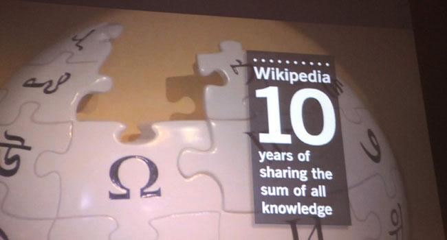 העשור לאנציקלופדיה שכבשה את העולם הדיגיטלי - פתוחה, חופשייה ולא שייכת לשום הון או שלטון