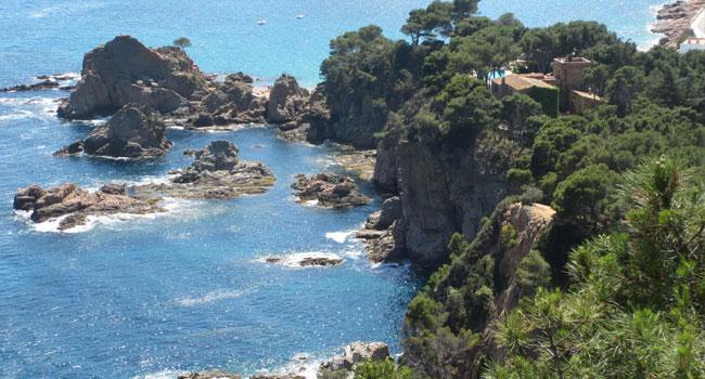 חופים, מפרצונים, צוקים, עיירות חמודות ואטרקציות רבות למשפחות. קוסטה ברווה