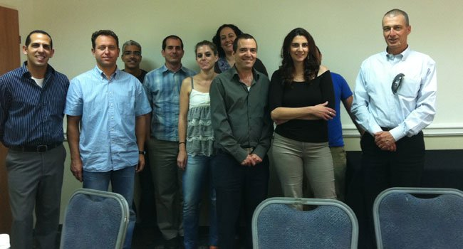 """מימין: שי שרגל, מנכ""""ל חברת RBS, המתמחה בייעוץ והדרכה בניהול פרויקטים עם חניכי הקורס וארז קלאוס (משמאל)."""