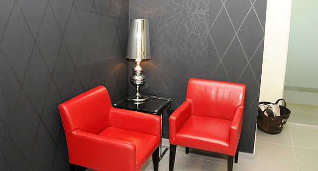 פינת המתנה נעימה כמו בבית. רהיטים בצבעים