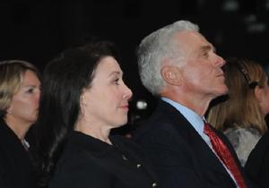 כץ ילדה טובה לצידו של יושב ראש אורקל, ג'ף הנלי. שניהם מאזינים לבוס. צילום: פלי הנמר