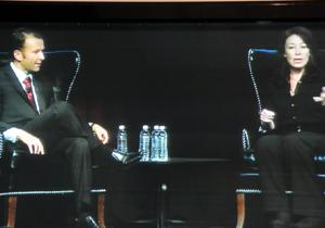 """על הבמה, כץ, ניחוחה מתמיד, מסבירה את דעתה על מתחריה ואי הבנתם בתעשייה. לצידה הסמנכ""""ל הגלובלי של השותפים העסקיים של אורקל. צילום: פלי הנמר"""