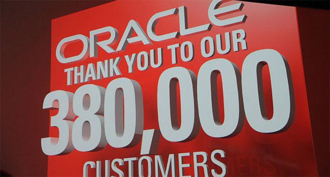"""לפני עלייתו לבמה של לארי אליסון, המייסד והמנכ""""ל של אורקל, מברכת החברה את 380 אלף לקוחותיה הארגוניים בעולם. מנמ""""רי כל העולם התאחדו"""