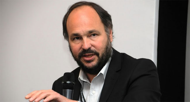 """המנהיג. פול מריץ מוביל את VMware ביד בטוחה ועם חזון ברור אותו הוא מציג כל שנה בכנס המשתמשים הגדול ביותר באירופה. מעל 7,200 נכחו השנה ב-VMWORLD 2011 בקופנהגן. הלקוחות, השותפים והעובדים כולם חשים לו כבוד ומאזינים בשקט ובשקיקה לטון הרך, הנינוח והעמוק של דיבורו במבטא המעט דרום אפריקני, שם נולד, לפני שעבר לאנגליה, והחל קריירה בבורוז, יצרנית מחשבי המיינפריים של פעם (היום יוניסיס) ועבר וארה""""ב לקריירה מזהירה של 14 שנה במיקרוסופט, פרש והקים את הסטארט-אפ שלו, שנרכש על ידי EMC בפברואר 2008 ,ותוך חמישה חודשים מונה למנכ""""ל VMware והחליף את המייסדת דיאן גרין"""