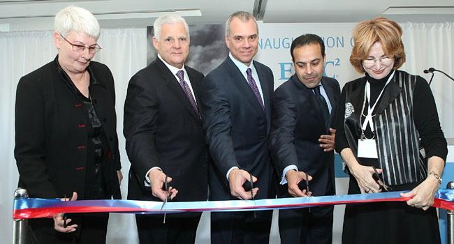 """מימין: יעל גרמן, ראש עיריית הרצליה; סנג'אי מירצ'נדני, מנמ""""ר וסמנכ""""ל התפעול של מערך מרכזי המצוינות של EMC בעולם; טום הייזר, נשיא RSA, חטיבת אבטחת המידע של EMC; ג'ו טוצ'י, יו""""ר נשיא ומנכ""""ל EMC; ד""""ר ארנה ברי, סגנית נשיא ב-EMC העולמית ומנכ""""לית מרכז המצויינות של החברה בישראל"""