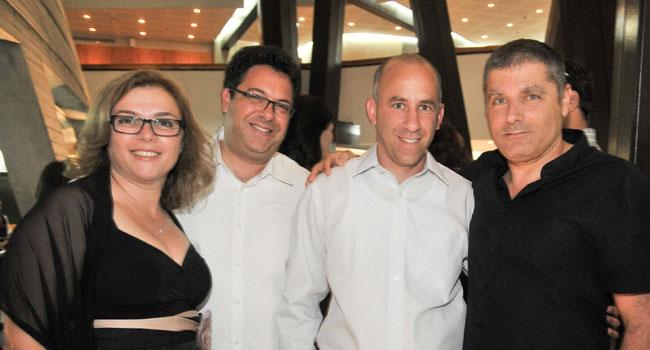 """מימין: מיכה רונן, מנכ""""ל הוניגמן; גיא פרג, יו""""ר אספן; אילן גיפמן, מנכ""""ל אספן; איריס-רף רונן, מנכ""""לית יוניסטרים. צילום יח""""צ: דפנה גזית"""
