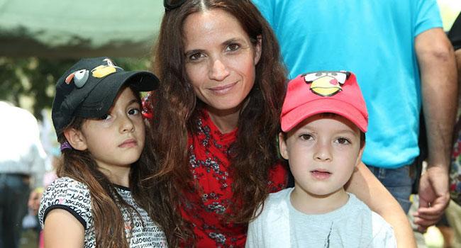 שירה רז מייזנר, מנהלת השיווק של מטריקס מוצרי תוכנה, עם ילדיה: מיקה ואסף
