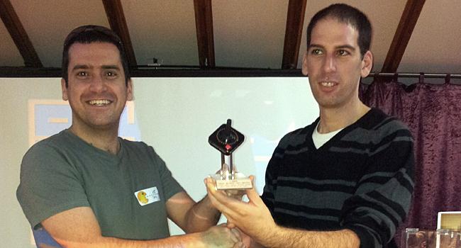 """יריב ענבר, מנכ""""ל ג'ון ברייס-מדיאטק היי-טק (מימין), מעניק את גביע אליפות הפקמן לגתי שפרן - המנצח הגדול"""