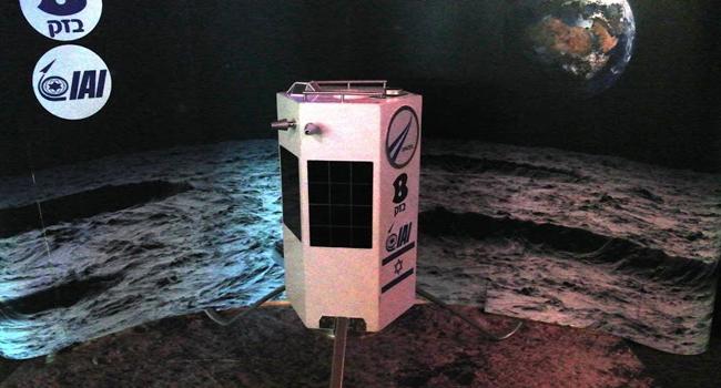 דגם של מי שאמורה להיות החללית הישראלית הראשונה על הירח, לאחר ארצות הברית וברית המועצות, לאחר שתגבר על עוד כ-20 מתחרות מכל העולם
