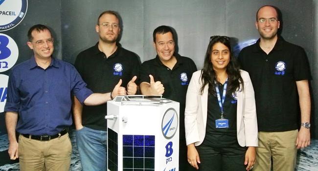 """צוות היזמים יחד עם בזק. מימין: כפיר דמארי; סנדי חפץ, ראש צוות האוויוניקה בפרויקט; ינקי מרגלית; יונתן וינטראוב; רן גוראון, משנה למנכ""""ל בזק"""