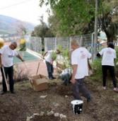 """יום המעשים הטובים: עובדים מסינאל קיימו פעילויות בגן בכפר סבא ו-""""שיפצו"""" מועדון נוער ביקנעם"""