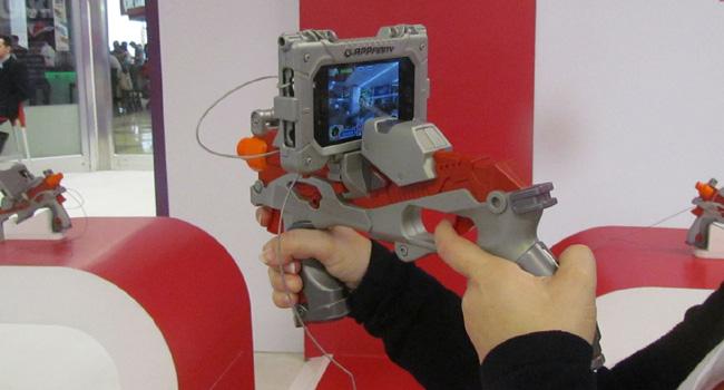 רובה פלסטיק שמתלבש על המכשיר ומשמש לצורך משחק מציאות רבודה. סלקום מובייל שואו
