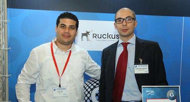 """אור יצהר, מנהל מוצר Ruckus בגטר טק, עם מאסימו אוסלו - מהנדס בכיר מ-Ruckus Wireless, החברה ש-""""אין עליה"""" ואין כמוה ברשתות Wi-Fi, גם לאזורים מורכבי גישה, עם אלפי התקנות מוצלחות בארץ"""