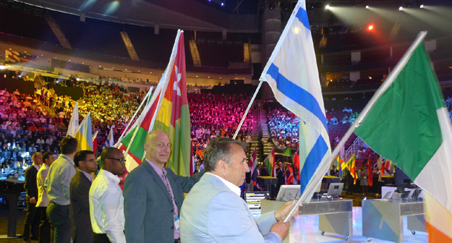 """פתיחת המליאה הראשית בכנס השותפים העולמי של מיקרוסופט (WPC) בפני כ-16 אלף משתתפים מרחבי העולם. שני מימין: אופיר בר און, סמנכ""""ל שיווק ומכירות באלעד מערכות. מייצג את ישראל בכבוד"""