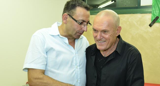 """הזמר שלומי שבת לצד ברנדרו טאוב, סמנכ""""ל טכנולוגיות ופתרונות מתקדמים בקבוצת תקשוב"""