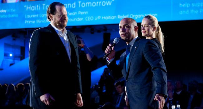 """מארק בניוף - מנכ""""ל Salesforce.com (משמאל), מארח את לורן למוט - ראש ממשלת האיטי (במרכז) ואת דוגמנית-העל לשעבר ומייסדת ארגון Happy Hearts, פטרה נמקובה"""