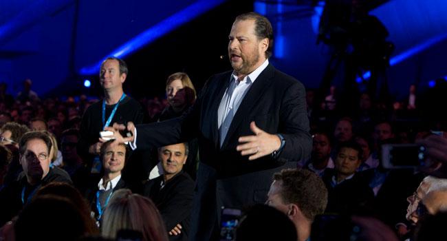 """""""בעולם האינטרנט של הלקוחות, הצרכנים הופכים ללקוחות וכל חברה הופכת לחברה מכוונת לקוח"""". מארק בניוף, מנכ""""ל Salesforce.com, באולם הכנסים בסן פרנסיסקו"""