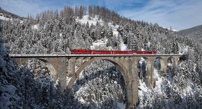 במקום הראשון: הרכבת שחוצה את גשר הקשתות בשוויץ. צילום: David Gubler