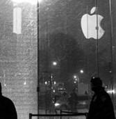 ניו-יורק: ניידת פינוי השלג פספסה – וניפצה את קיר חנות הדגל של אפל