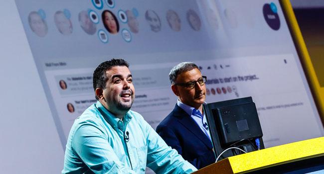 """ג'ף שיק - סגן נשיא לתוכנות רישות חברתי ב-יבמ (מימין), ולויס בניטז - מנהל בכיר למוצרי רישות חברתי, מציגים את פלטפורמת הדוא""""ל החדשה, IBM Mail Next, על הבמה ב-IBM Connect 2014"""