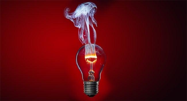 במקום הראשון: תמונה אומנותית של חוט להט נשרף בתוך מנורה. צילום: סטפן קלאוס, גרמניה
