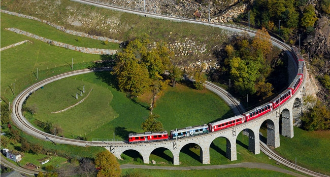 מקום חמישי: רכבת רטית חוצה את גשר הספירלה ליד Brusio, שוויץ. צילום: דיוויד גובלר