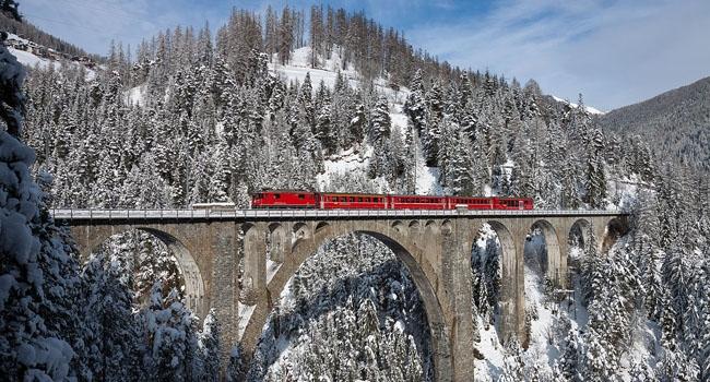 במקום השישי: רכבת חוצה את גשר Wiesen Viaduct בין Wiesen ו-Filisur, שוויץ. צילום: דיוויד גובלר