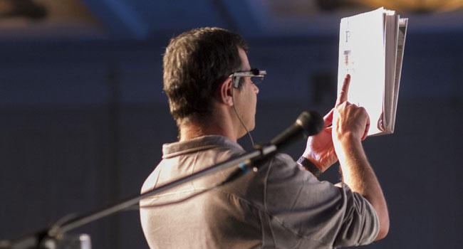 פרופ' אמנון שעשוע, מייסד Mobileye ויזם חברת אורקם, קורא בעיתון באמצעות המשקפיים