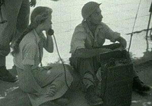 חיילת משתמשת במכשיר קשר, שנות ה-50. צילום: אתר חיל הקשר והתקשוב