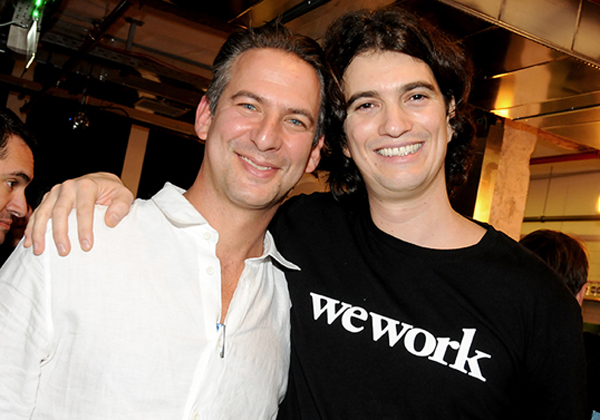 """מימין: אדם נוימן, ממייסדי WeWork, יחד עם בנג'י זינגר, מנכ""""ל WeWork ישראל. צילום: עומרי שפירא"""