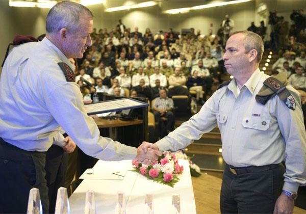 """מפקד מצפ""""ן, אל""""מ אבנר זיו, מקבל את הפרס מידי הרמטכ""""ל, רא""""ל בני גנץ. צילום: דובר צה""""ל"""