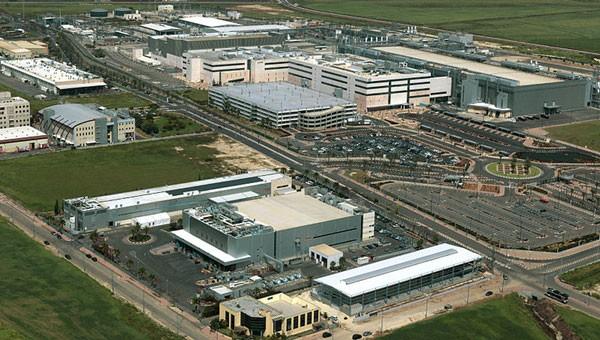 מה גרם להחלטה של אינטל לעכב את הקמת המפעל החדש בקריית גת?