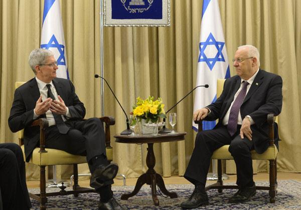 """נשיא המדינה, ראובן ריבלין, ומנכ""""ל אפל, טים קוק, בפגישתם היום. צילום: עמוס בן גרשום, לע""""מ"""