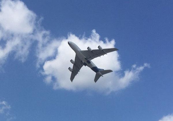 מטוס חג מעל שמי הסלון האווירי בלה בורז'ה. צילום ארכיון: אבי פרי