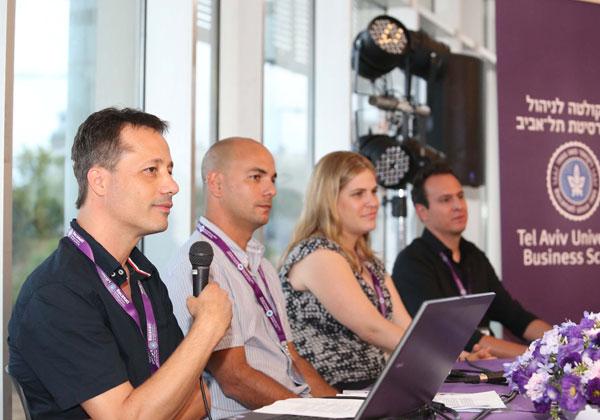 הפאנל בפורום אלפא - מימין לשמאל: אלעד גולדנברג, eBay ישראל, ניצן שמייסר, Uber בישראל, יוסי מאירי, HeadStart, ועדי מימרן, SmartDrive