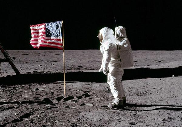 הנחיתה על הירח