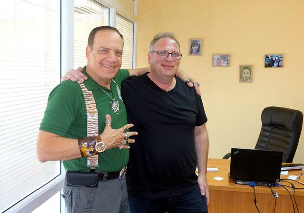 מימין: אבירם אייזנברג ופלי הנמר במשרדי Ignite בקייב, בירת אוקראינה