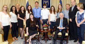 נשיא המדינה, ראובן (רובי) ריבלין, עם בני הנוער הזוכים בתחרות