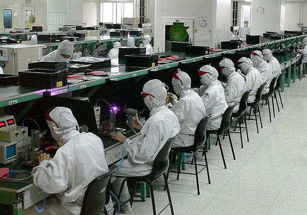 עובדים במפעל של פוקסקון בסין. צילום: Zulo, מתוך ויקיפדיה