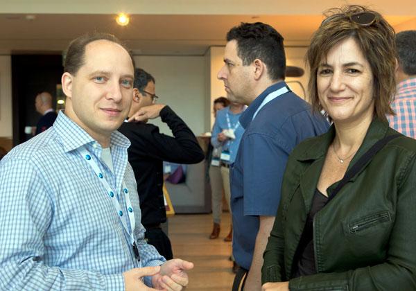 מימין: סיגל פסטרנק, מנהלת איכות התוכנה ב-AT&T; ו-ויטלי מנסקי, מנהל תחום ו-CTO בחטיבת הבדיקות של נס (V-Ness)