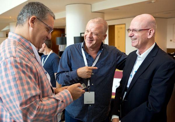 מימין: דני גריבר, מנהל שירות הבדיקות המנוהל של בנק לאומי; ליאור קיטנר, מנהל הפיתוח העסקי והמכירות של חטיבת הבדיקות של נס (V-Ness); ועומר דרור, מנהל החטיבה