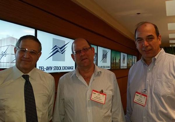 """מימין: אד פרנק, מנכ""""ל Axis; אלדד הרשטיג, מנהל מחלקת טכנולוגיות מידע ותפעול בבורסה לניירות ערך; ואמנון בק, מנמ""""ר הבנק הבינלאומי. צילום: יח""""צ"""