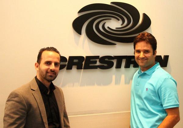 מימין: עומר ברוקשטיין, מנהל טכני ופיתוח עסקי ב-Crestron; רוני שלום, עורך AVMaster מבית אנשים ומחשבים