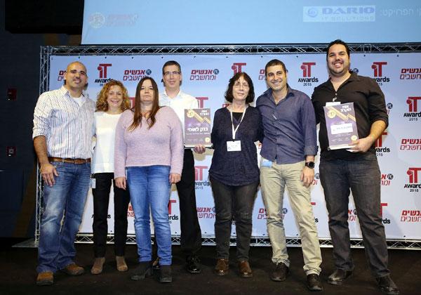 """אסף נקש, מנכ""""ל דריו מקבוצת Comm-IT, עם צוות בנק לאומי, שזכה באלוף האלופים"""