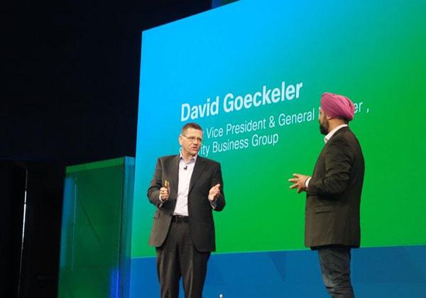 """דיוויד גוקלר, סמנכ""""ל בכיר ומנכ""""ל קבוצת אבטחת העסקים בסיסקו (משמאל), על הבמה בברלין. צילום: פלי הנמר"""